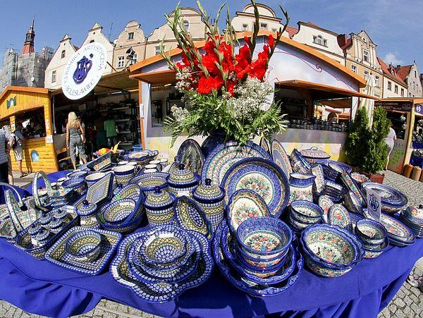 Ein Stand mit Bunzlauer Keramik in Pirnas Partnerstadt Boleslawiec in Polen